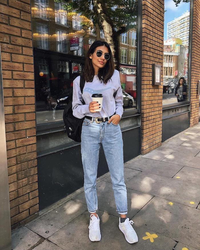 Jean style mom jeans, blouson bleu vintage, baskets blanches tenue d'été 2019, femme bien habillée au style décontracté