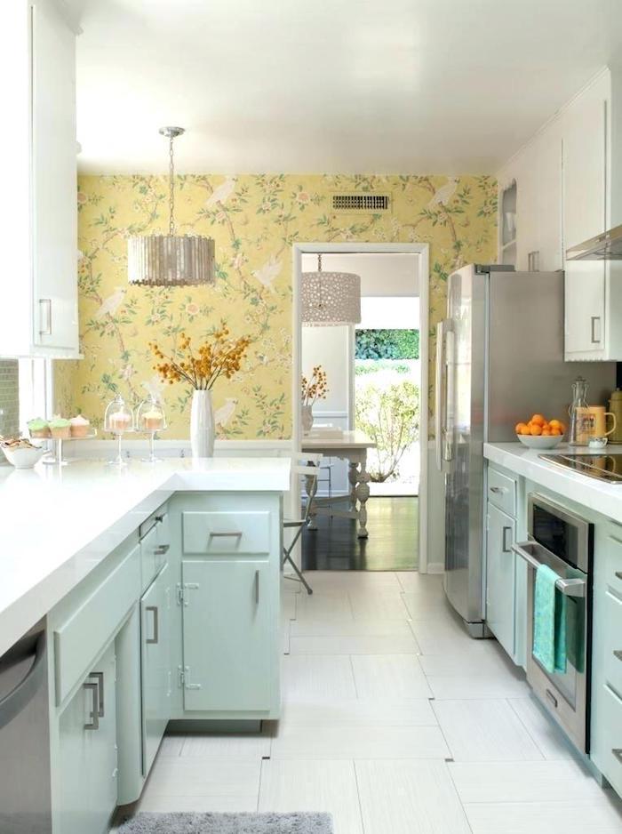 Jaune mur papier peinte avec motif d'oiseaux, objet deco cuisine, créer la bonne atmosphère, bleu formica cuisine