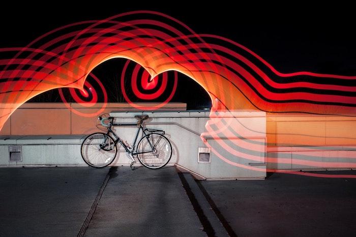 Photo de bicyclette en nuit, original effet avec lumières led en pose longue en nuit, cool idée image fond d'écran ordinateur