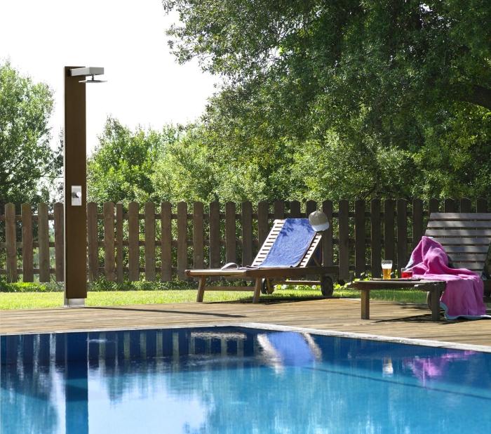 décoration de jardin avec piscine rectangulaire et coin de repos en sol bois, meubles de jardin en bois, modèle douche piscine solaire
