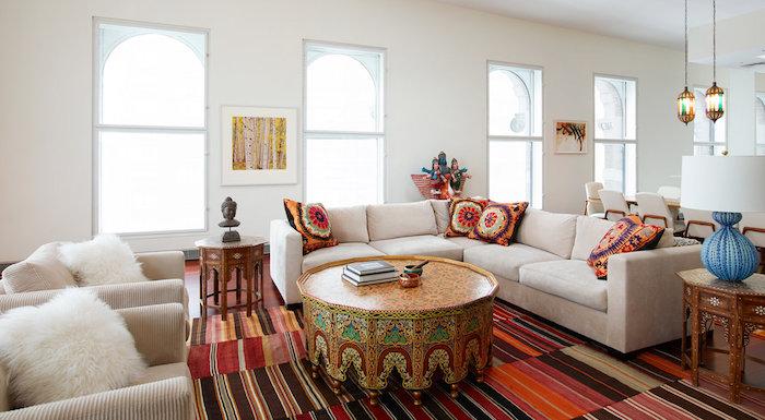 Déco de salon avec canapé en angle et table ronde, tapis berbere, deco boheme chic, belle décoration tendance