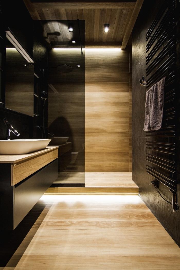 modèle salle de bain noire petit espace, déco salle de bain en noir et bois avec plafond poutres apparentes en bois foncé
