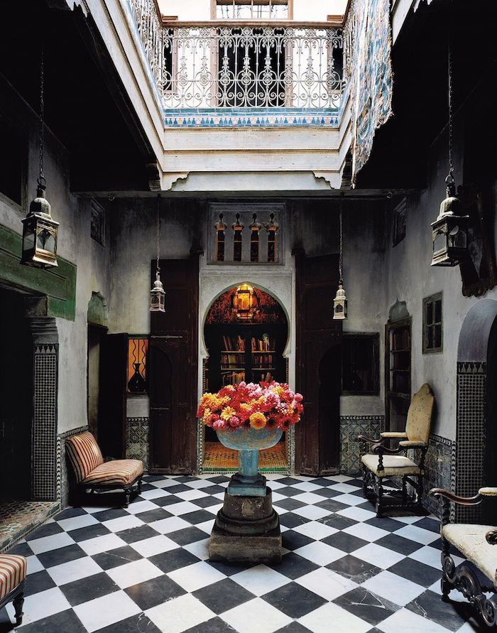Orientale déco entrée idée avec grande vase de fleurs, hotel à Maroc, simple deco boheme berbere