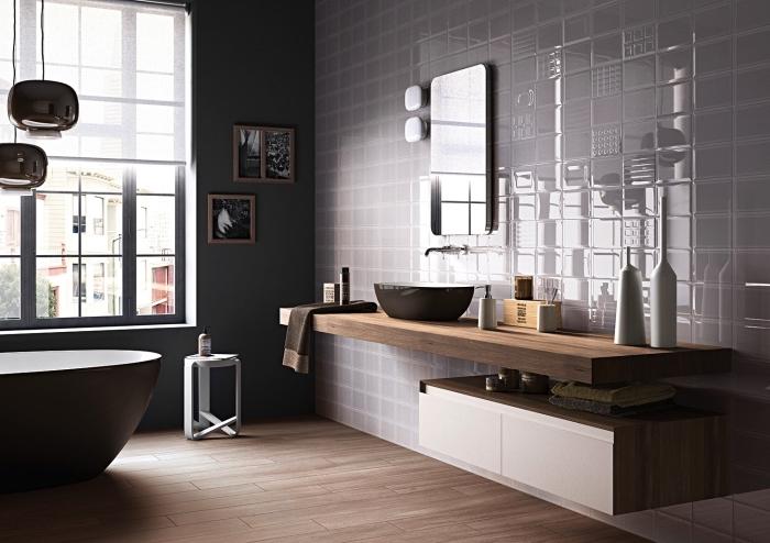 décoration salle de bain aux murs foncés avec peinture gris anthracite et carrelage, idée meuble sous vasque en bois