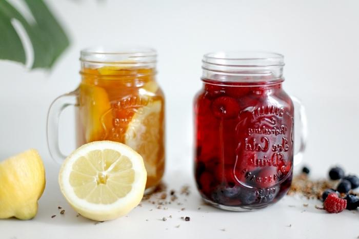 préparation boisson rafraîchissante facile et saine, idée boisson detox sans sucre aux fruits et sachets de thé