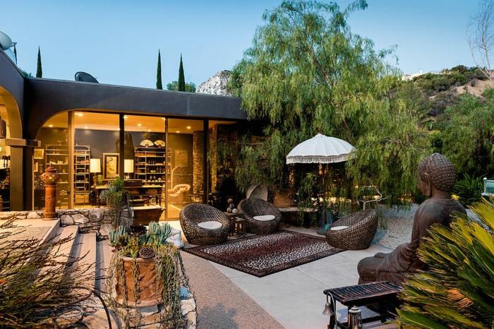 amenagement exterieur, maison moderne originale, meubles de jardin, statue bouddha, terrasse béton, escalier