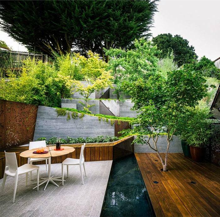 espace paysager moderne, terrasses en bois, arbres, parterres surélevés, jardin plusieurs étages