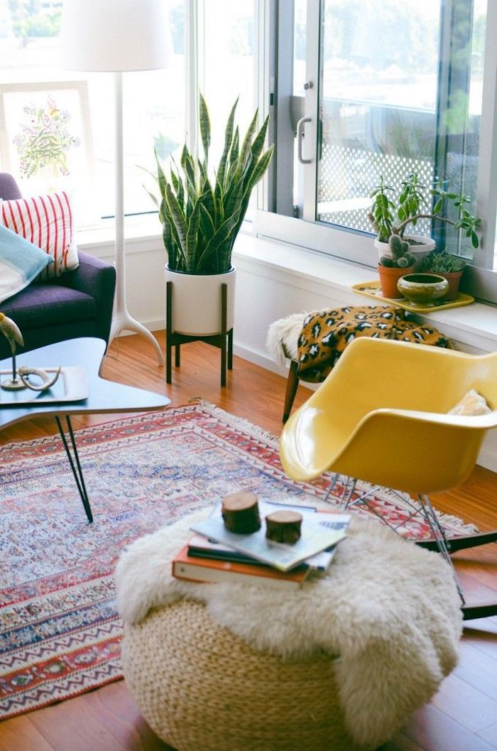 Pouf meuble de déco, chaise balançoire jaune, table basse forme irrégulière, coussin berbere, chambre boheme, pièce moderne ethnique