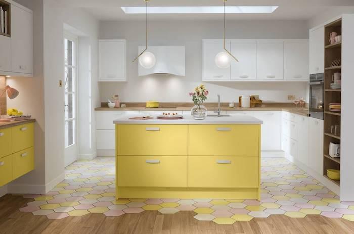 Cuisine jaune et blanc originale idée décoration, choix de couleur vintage, refaire sa cuisine année 50 style