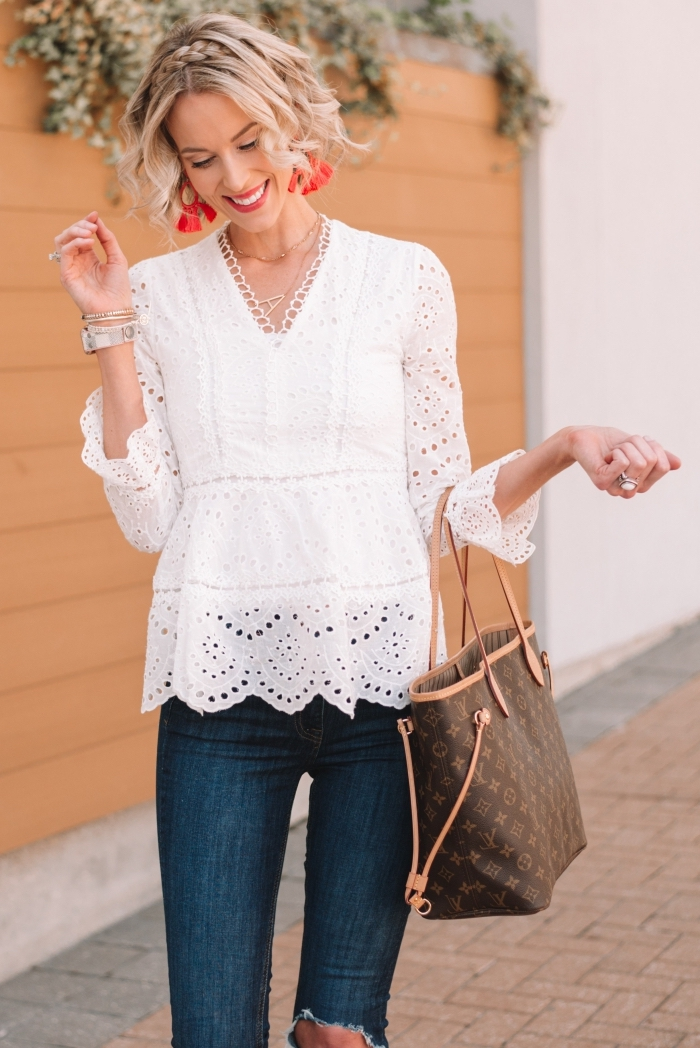 idée coiffure blonde pour cheveux en coupe carré court avec boucles et couronne en tresse, maquillage avec rouge à lèvre rouge