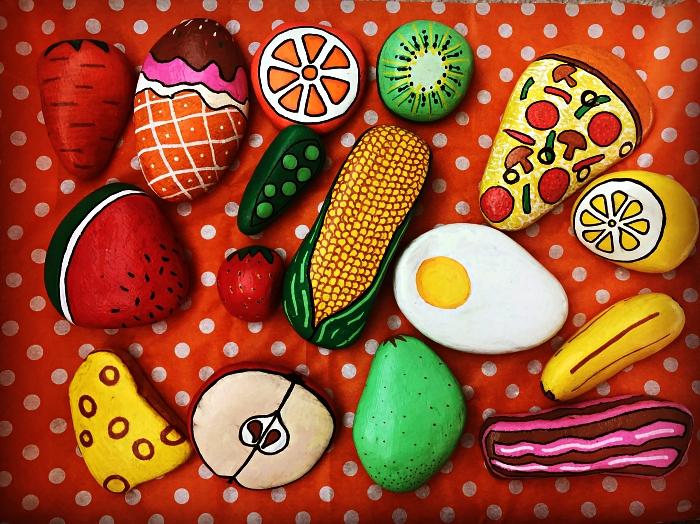 des galets aliments pour jouer à faire semblant, activité de peinture sur galet pour occuper les enfants pendant les vacances