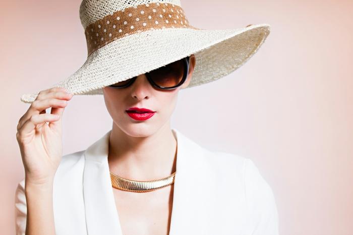 chapeau avec périphérie, chapeau femme paille, collier statement, rouge à lèvres rouge, lunettes de soleil oversize