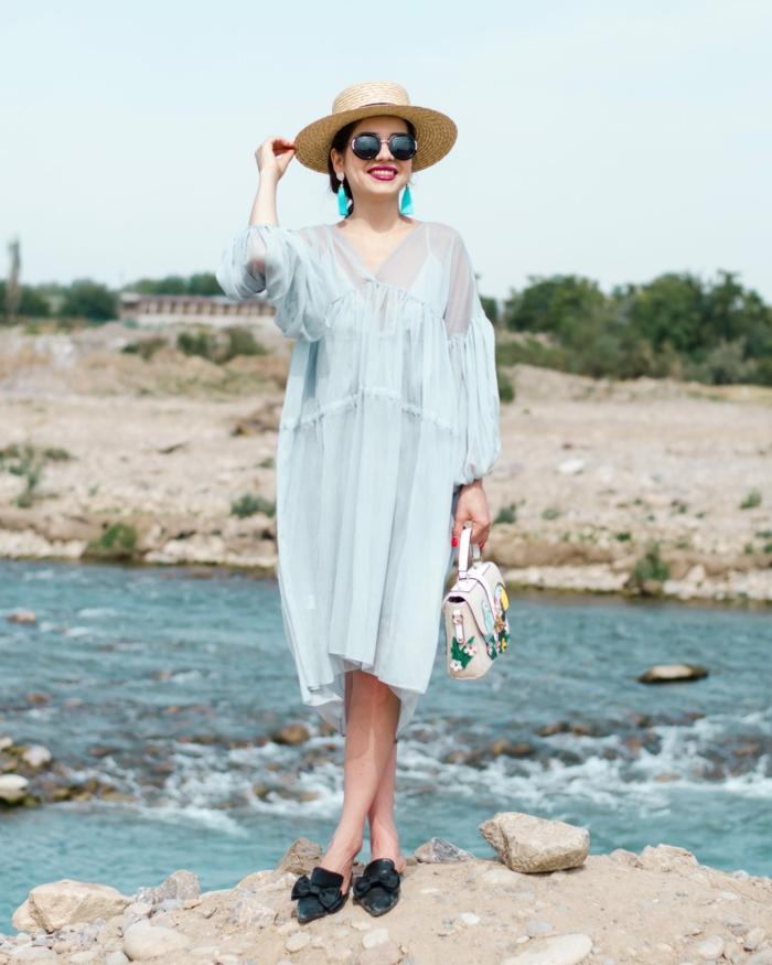 robe tunique bleue pâle, boucles d oreilles bleues, sac aux imprimés colorés, tenue de plage