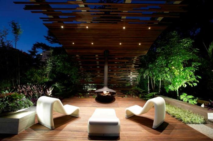 terrasse en bois, chaises longues modernes, terrasse en bois, tonnelle en bois, parterres de plantes vertes