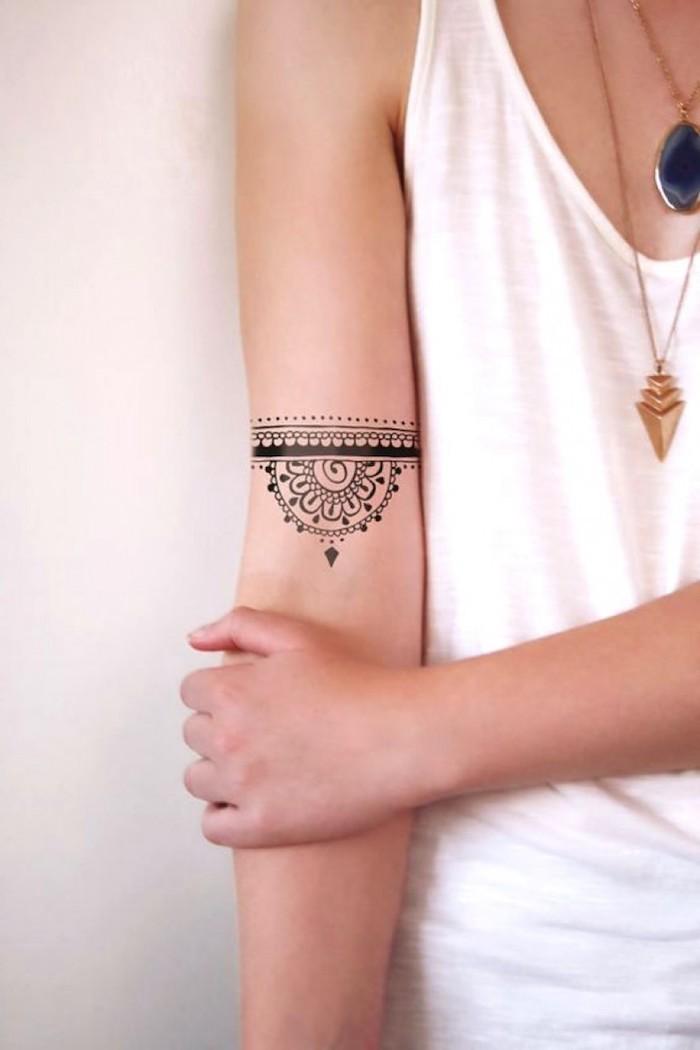 tatouage henné femme, tatouage femme bras, deux pendentifs et colliers subtils, débardeur blanc