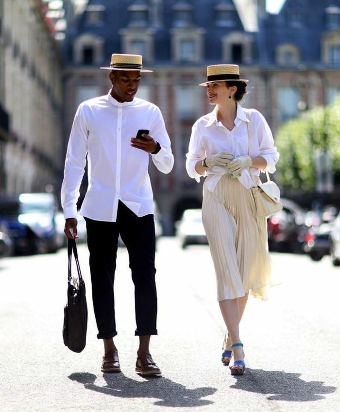 homme en chemise blanche, pantalon noir, chapeaux canotier, jupe beige, coiffure femme chignon