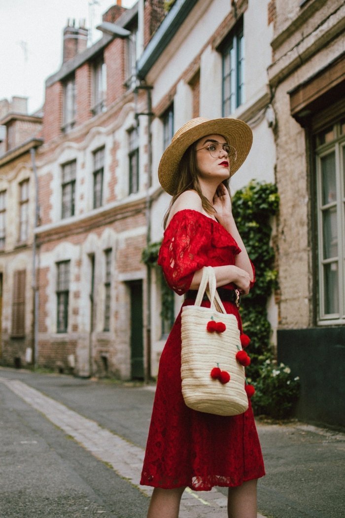 robe rouge detelle, chapeau panama femme, sac panier avec pompons rouges, épaules dénudés
