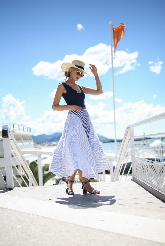 longue jupe blanche, lunettes de soleil, chapeau été femme, débardeur bleu, tenue de plage