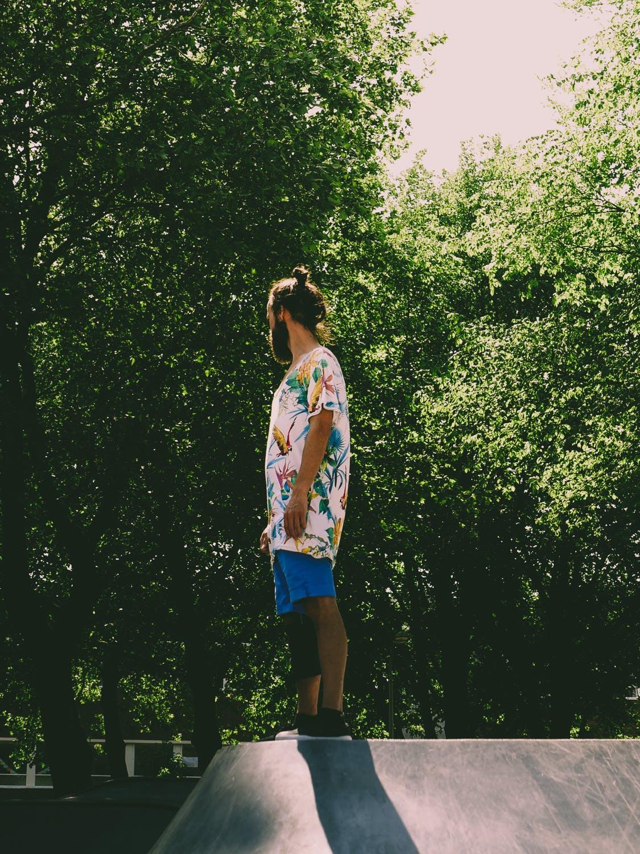 idée de tenue hippie chic homme décontracté avec t shirt oversize à motif tropical et short homme couleur bleue
