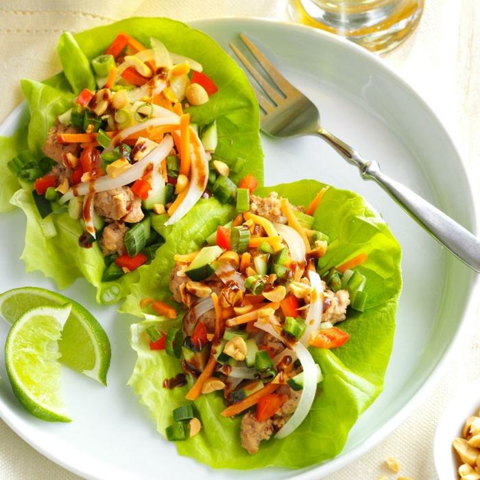 recette apero avec salade verte, morceaux de viande, mix de légumes blanchis, assiette blanche