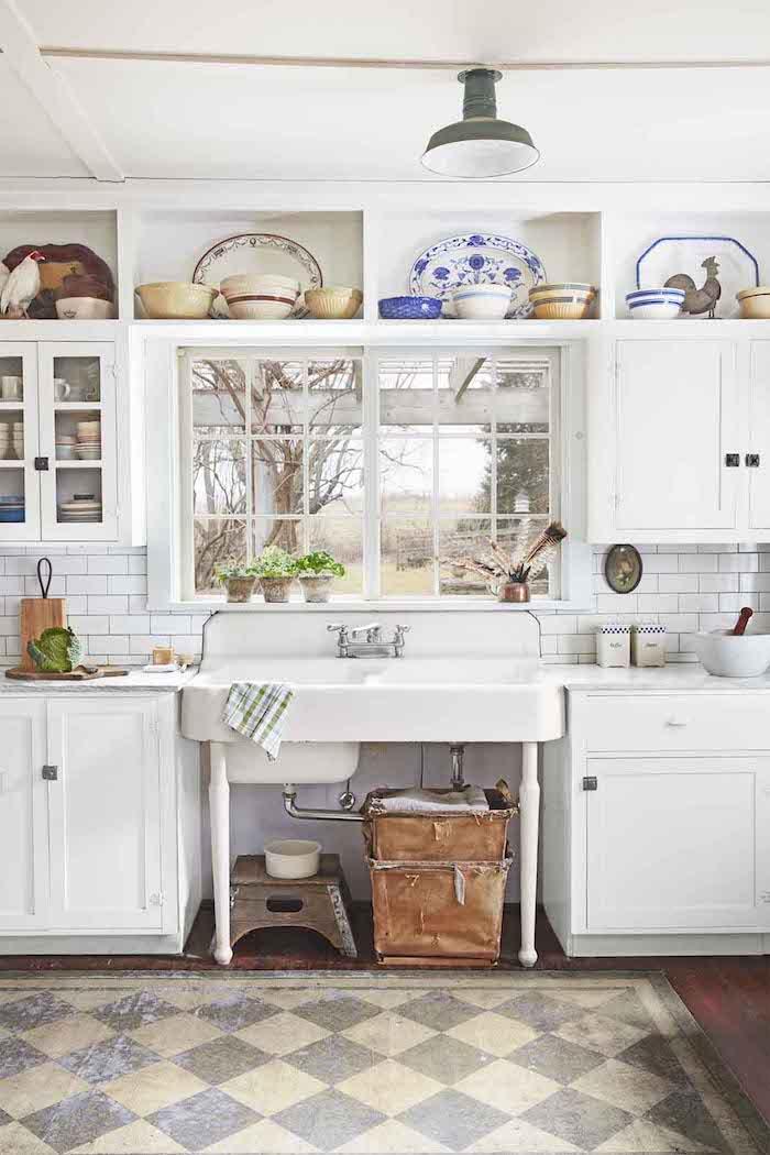 Cuisine blanche vintage, maison de grand mere, nostalgie cuisine style campagne, objet deco cuisine cool idée en image