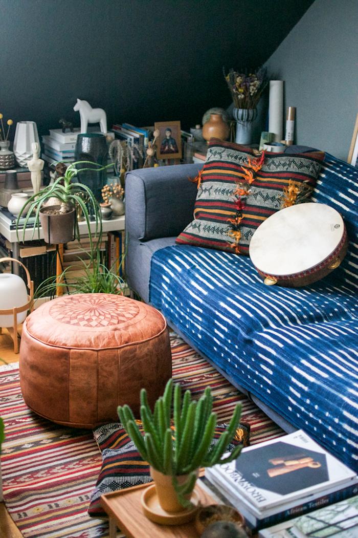 Canapé ikea confortable couleur gris sombre couvert de tissu coloré, idée déco berbère ethnique chic