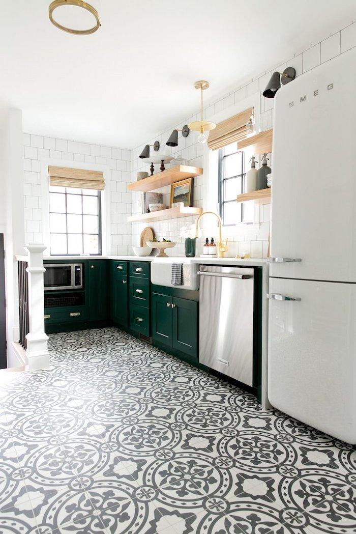 Ikea sol carrelage mediterraneen noir et blanc, smeg frigo cool, étagères en bois, cuisine noir et bois avec murs blanches