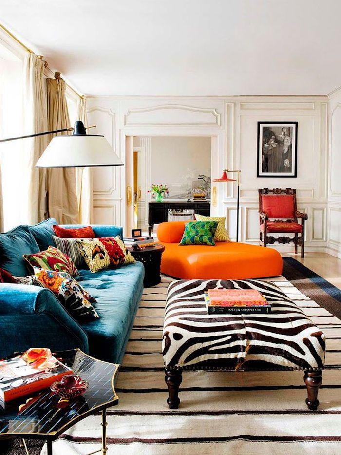 Tapis style berbere, coussin boheme colorés, inspiration décoration, pouf orange, table basse avec couverture à motif zèbre