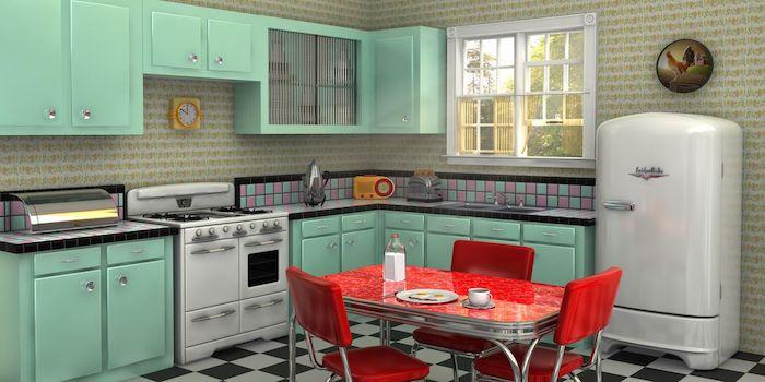 Formica bleu cuisine, table et chaises rouges, cool cuisine vintage, intérieur déco rétro style tendance