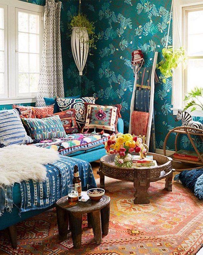 Papier peinte vintage, echelle de rangement en bois, table ronde bois, salon boheme, deco ethnique, belle maison deco berbère