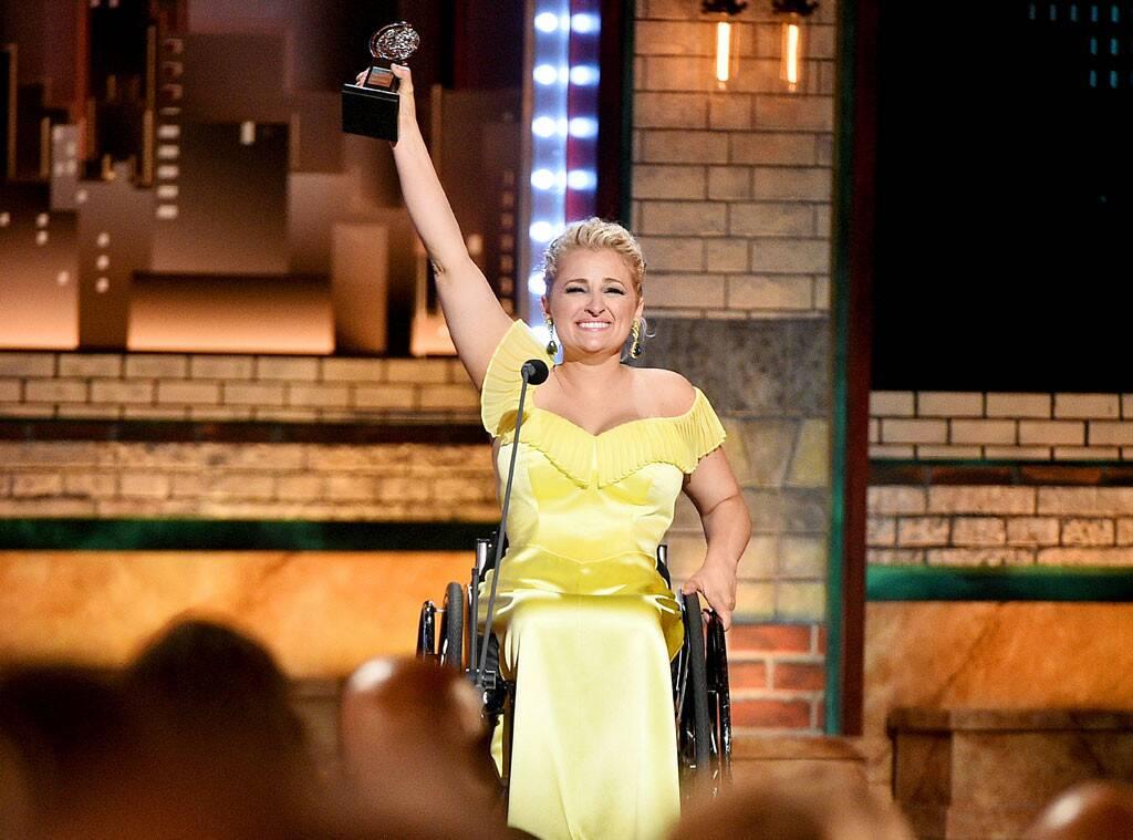 Ali Stroker remporte le prix de la Meilleure Comédienne de théâtre dans un premier rôle de théâtre et est la première comédienne a être sacrée aux Tony Awards