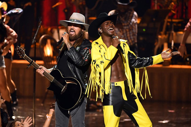 Lil Nas X et Billy Ray Cyrus ont interprété leur titre rap country Old Town Road en live sur la scène des BET Awards 2019
