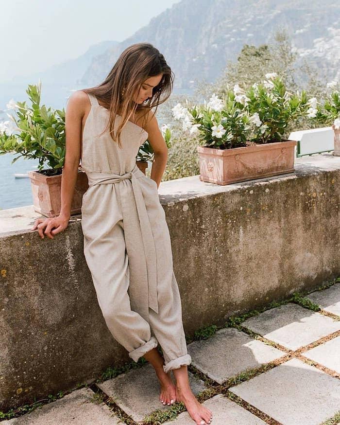 Beige claire salopette stylée à pantalon longue en lin, casual chic femme, tenue chic moderne, tendances été 2019, photo en Italie, belle nature
