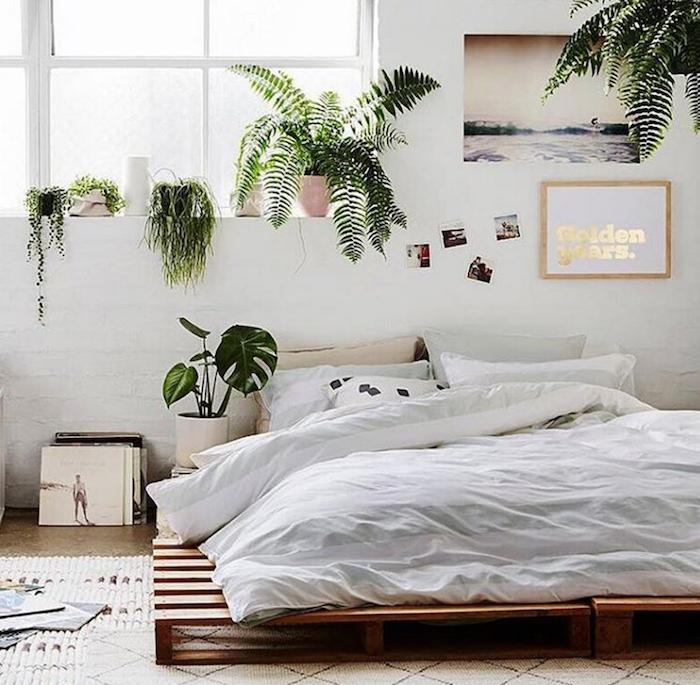 Scandinave chambre à coucher, lit sur le sol en palettes, plantes vertes, coussin boheme, deco ethnique, superbe idée de décoration de chambre blanche