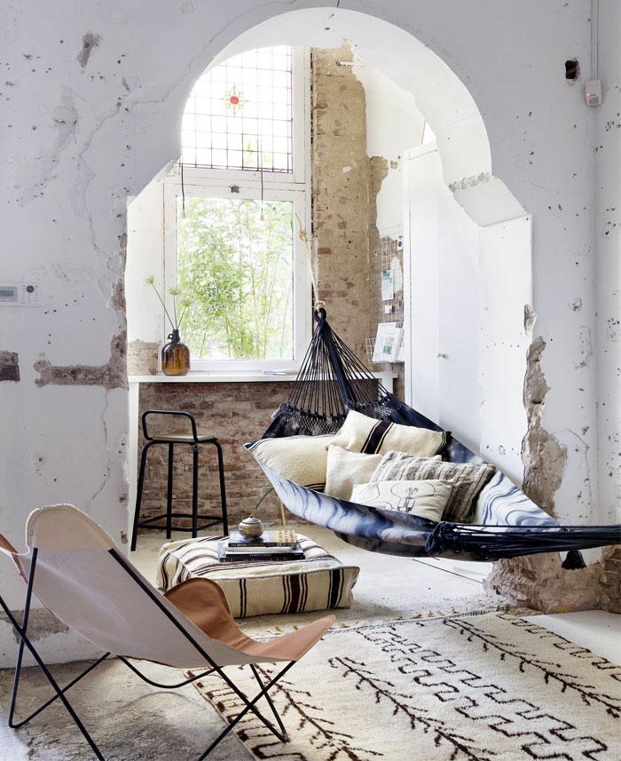 Hamac dans la chambre style ethnique, inspiration deco ethnique, style boheme chic intérieur, tapis berbère