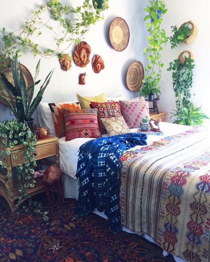 Lit rangé au style ethnique, chambre à coucher style boheme chic avec plantes vertes, deco ethnique, design maison belle
