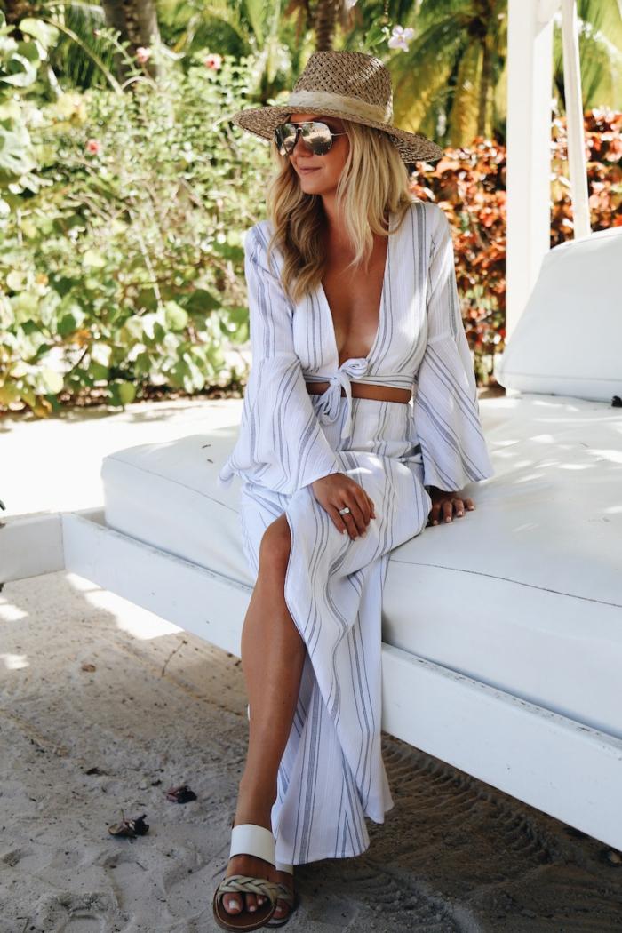 longue robe à rayures verticales, ceinture marron, chapeau de paille pour femme, lunettes de soleil, sandales plates