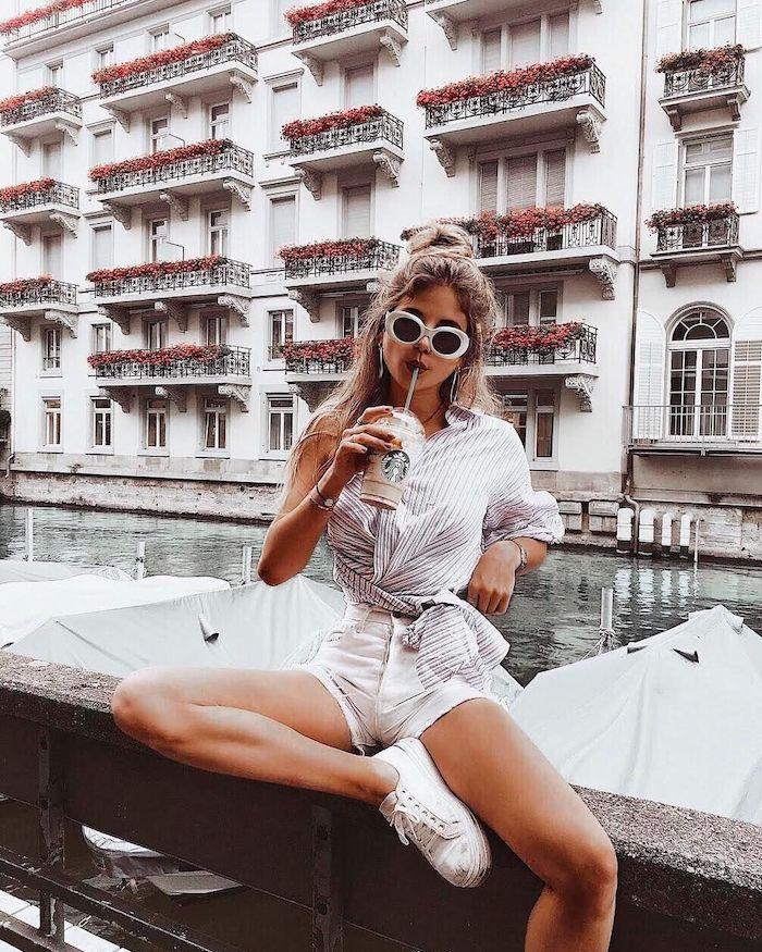 Style casual, image stylée, adopter le style casual chic, pantalon court blanc et chemise à rayé, tenue avec baskets blanches, café de starbucks