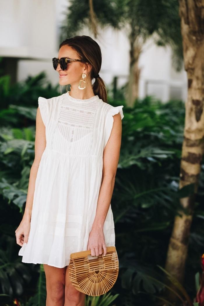 modèle de sac à main tendance mi-rond en bois de bambou, idée robe d'été blanche courte avec col montant