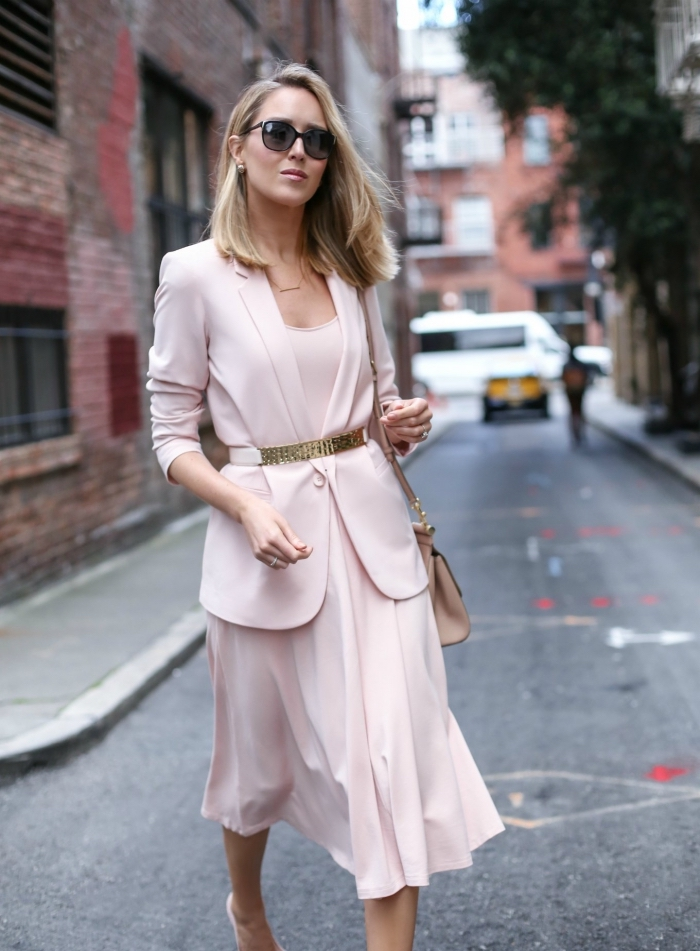 comment bien s'habiller femme 2019, modèle de tailleur femme avec jupe et blazer en rose pastel, idée coupe carré long plongeant blond