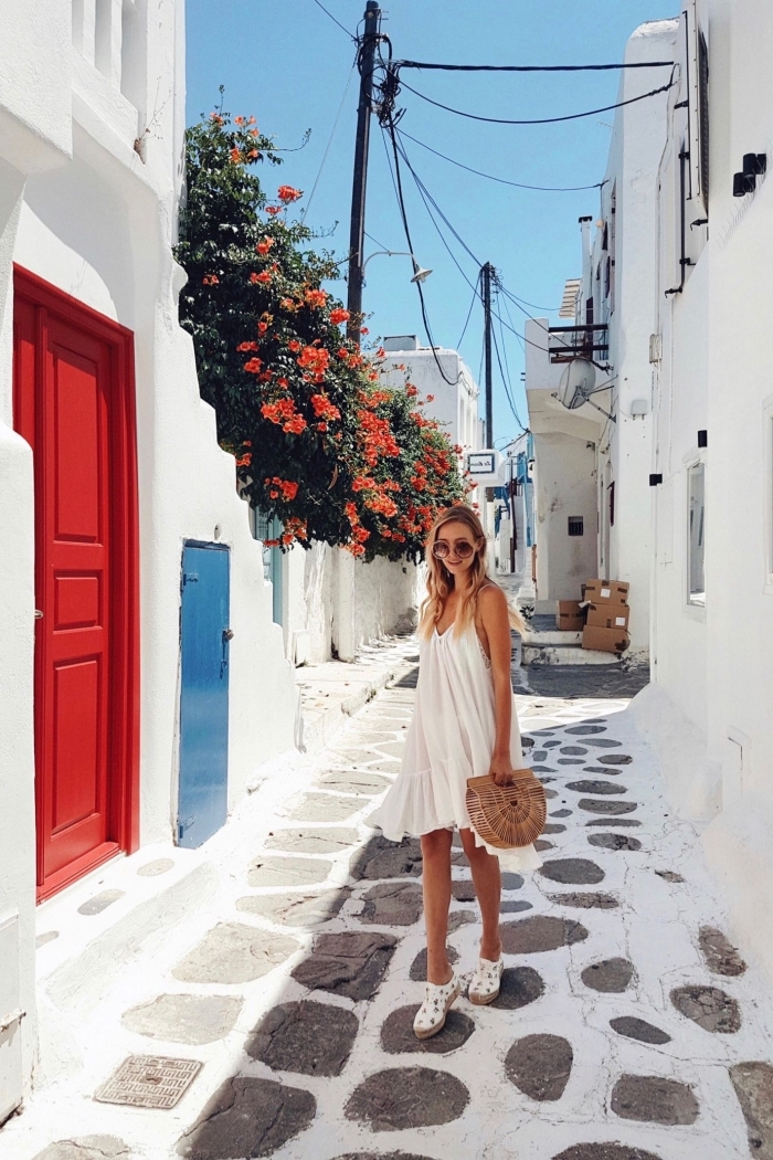 comment bien s'habiller femme, style vestimentaire femme été, modèle de robe fluide blanche avec sac à main paille