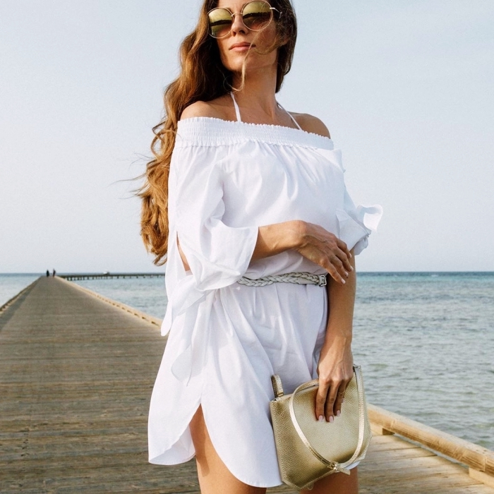 idée tunique de plage blanche, modèle robe d'été blanche courte et ceinturée avec col bateau et fente sur le côté