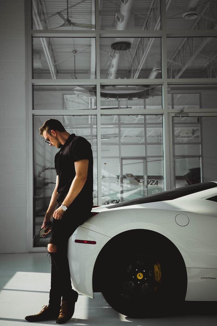 Homme et voiture de luxe, photo swag classique, choisir un tatouage swag, dessin fille swag photo art universe