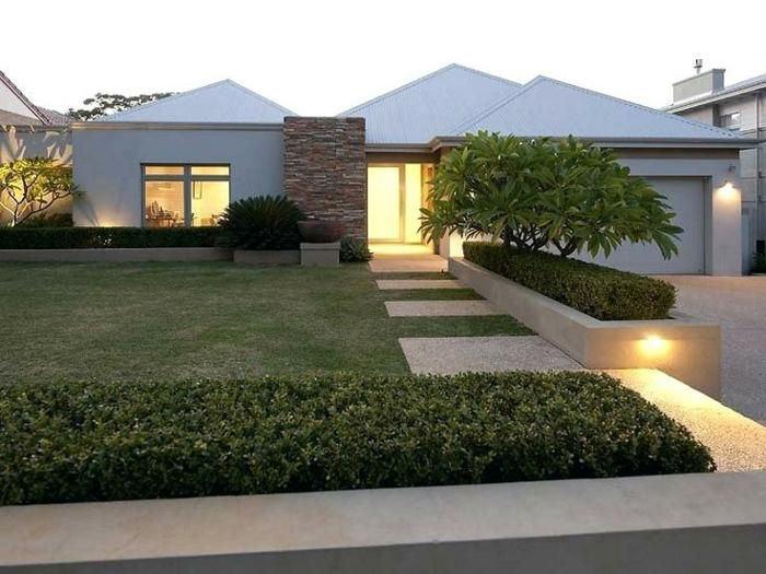 idée de jardin paysager, pelouse, haie verte, parterres surrélevées, maison moderne blanche plain pied