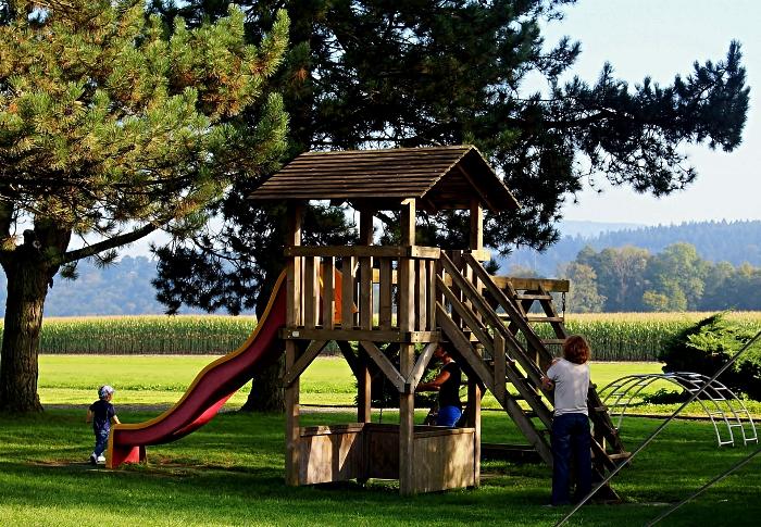 combinaison de maisonnette de jeux en bois, toboggan et balançoire, idée pour aménager un coin de jeux ludique dans son jardin