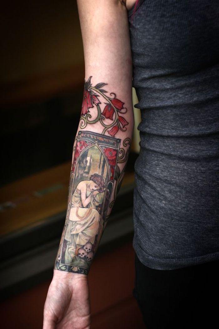 manche tatouage fleurs et dame qui pleure, une image réalistique, femme rétro et têtes de mort