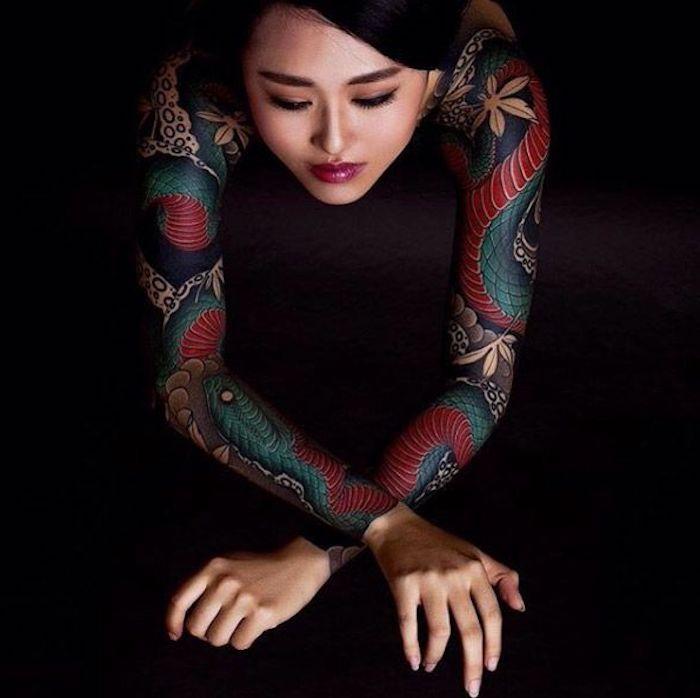 manche tatouage japonais, serpent vert, tatouage symbolique japonais, fleurs et reptile