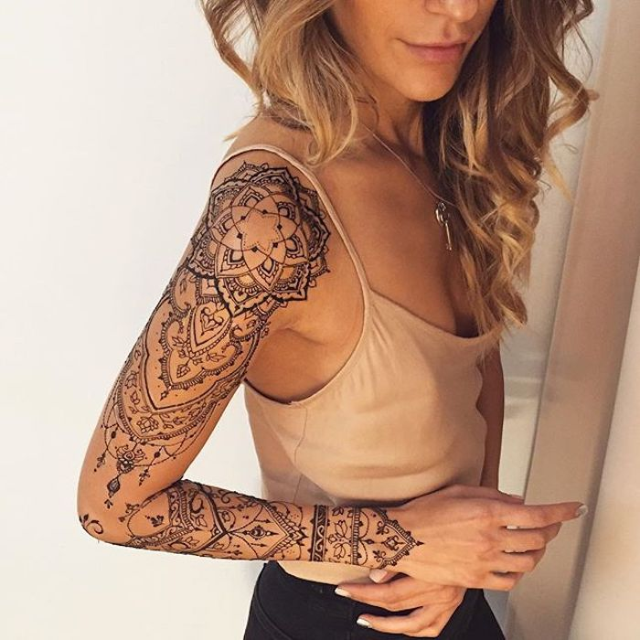manche tatouage mandala, tatouage femme design élégant, dentelle et pendentifs, mandala noir
