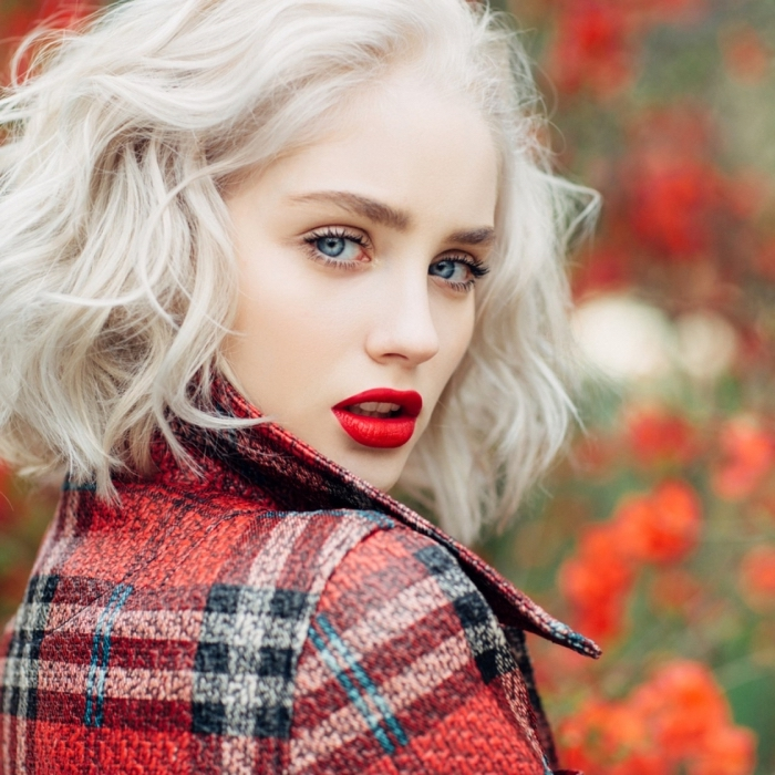 coupe de cheveux carré mi long avec volume et ondulations à effet wavy, coloration blond aux reflets blanc polaire