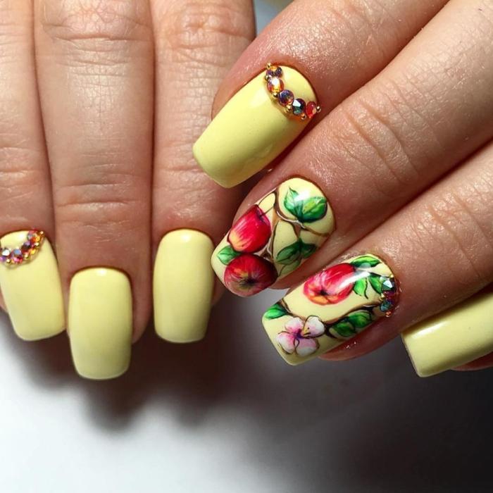 ongles carrés en jaune et rouge, dessin ongle pommes et fleurs de pommier, nail art été avec strass et dessins originaux